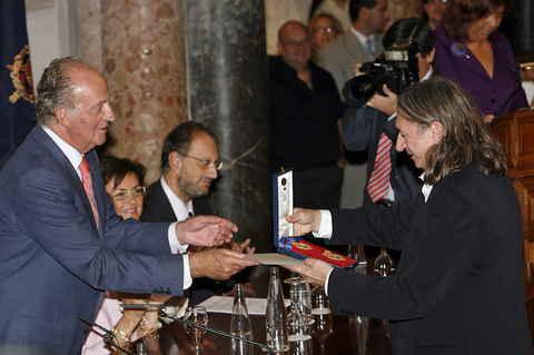 Rosendo recibiendo la medalla al Mérito de las Bellas Artes