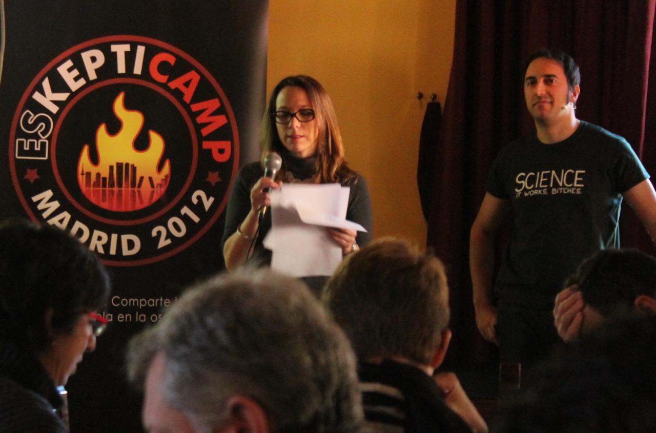 Daniela Meli y Luis Garcia Castro durante el acto de Apertura de SkeptiCamp Madrid 2012